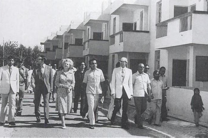 Delhi for foreign dignitaries-Jagmohan, Vice chairman of the Delhi Development Authority flanked by Marg n Denis Thatcher, visiting a DDA housing project, 24 september 1976.