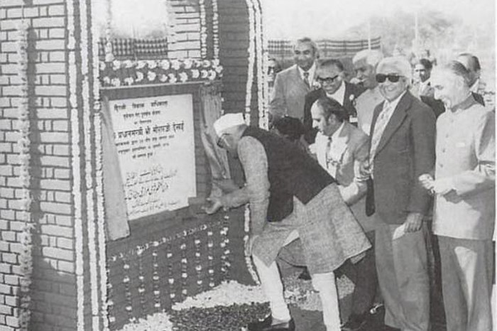 Janata party Prime Minister Morarji Desai lays the foundation-stone of the new housing complex to be built at Turkman Gate, 19 Jan 1977. Image & Caption Source: PD-PIB, New Delhi / Unsettling Memories: Narratives of the Emergency in Delhi By Emma Tarlo.