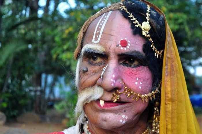 Bahurupi artiste Shuvas Das Bairagi performing a skit. Image source – dayincity