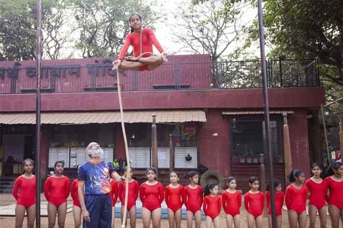 Uday Deshpande teaching girl students Rope Mallakhamb. Photographed by Rashi Arora for Homegrown