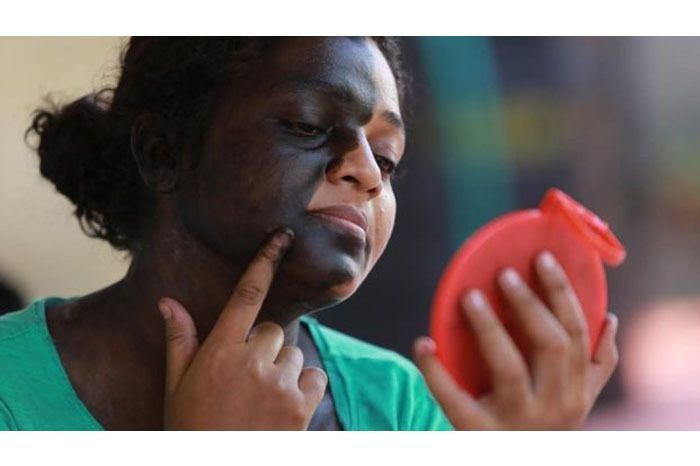 Jaya painting her face; source - BBC